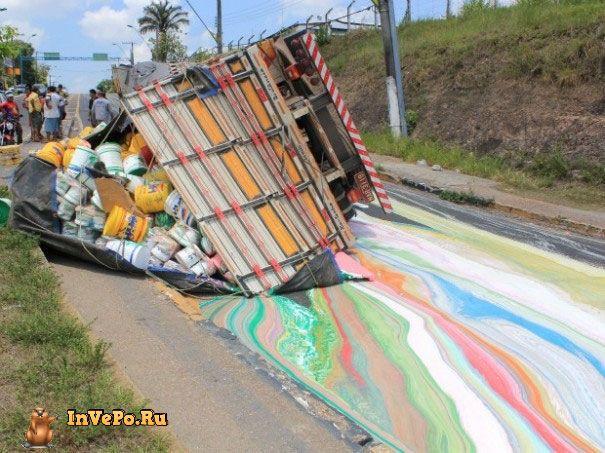 Грузовик провозивший 14 тонн краски перевернулся, раскрасив дорогу в яркие цвета
