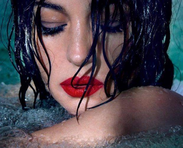 51-летняя Моника Белуччи в интригующей фотосессии в бассейне