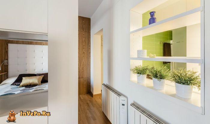 Между ванной и основной комнатой сделали окно, которое визуально объединяет комнаты