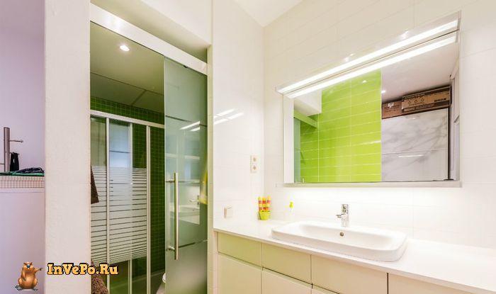 Ванная комната выделяется на фоне всего интерьера