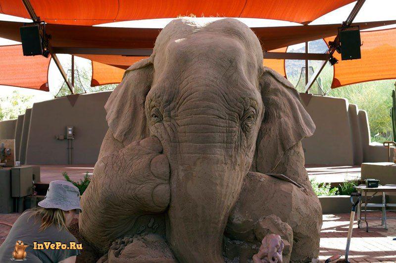 Потрясающая песчаная скульптура шахматного матча между слоном и мышью