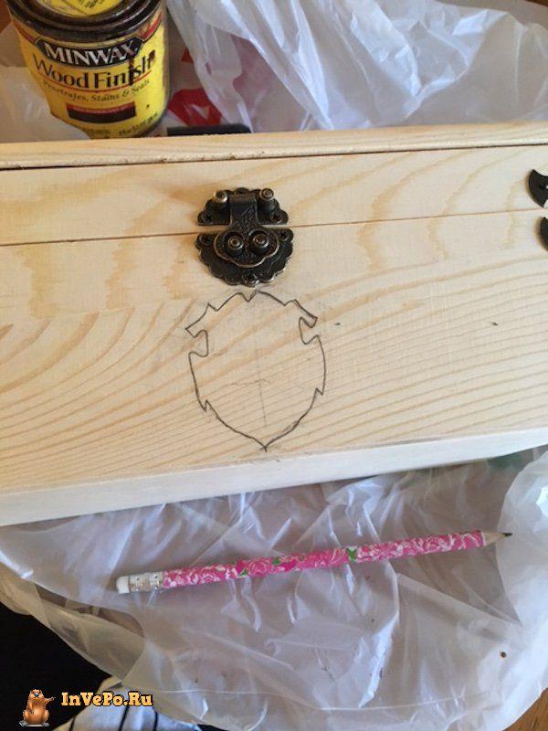 Девушка создает подарочные шкатулки в стиле Harry Potter
