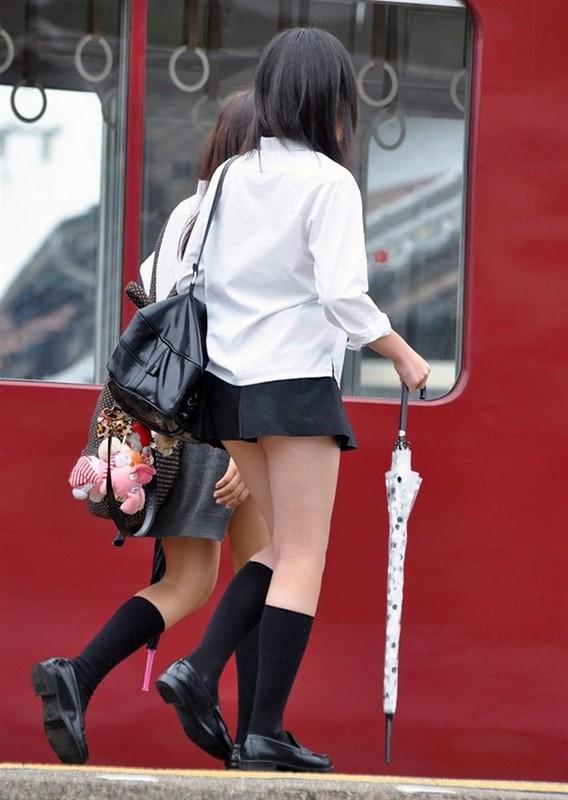 Японские школьницы и их ультра-короткие юбки