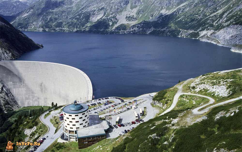 на кромке самой высокой плотины в Австрии и одной из крупнейших в Европе.