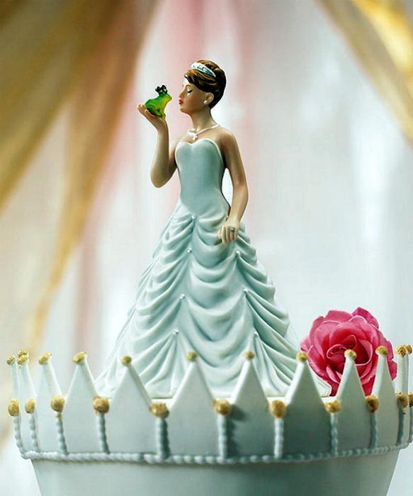 Изящная принцесса-невеста и лягушка-жених для верхушки торта