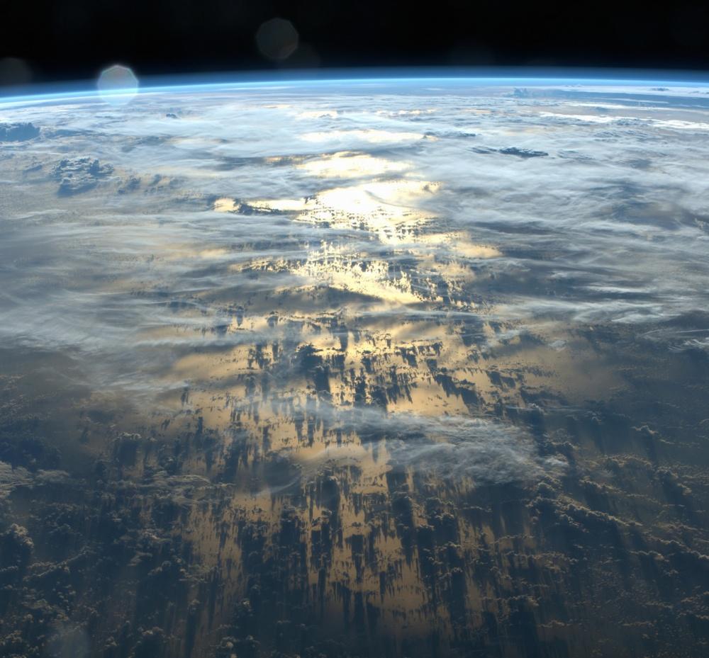 Тени, которые облака отбрасывают на Землю.