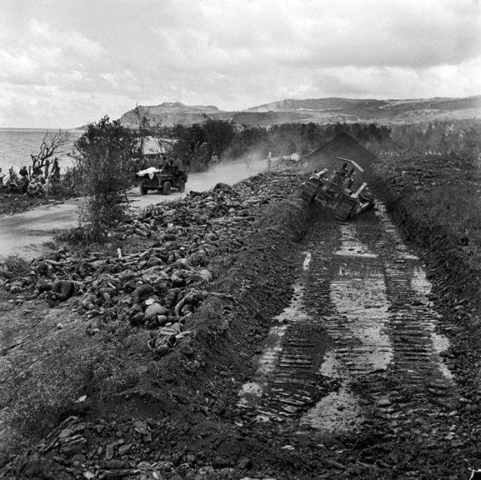 Захоронение трупов японских солдат на Сайпане, 1944 год. Бульдозер готовит братскую могилу.