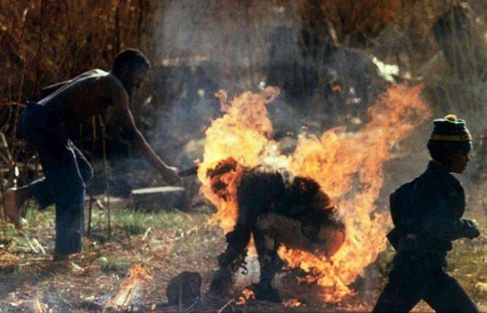 сжигают человека