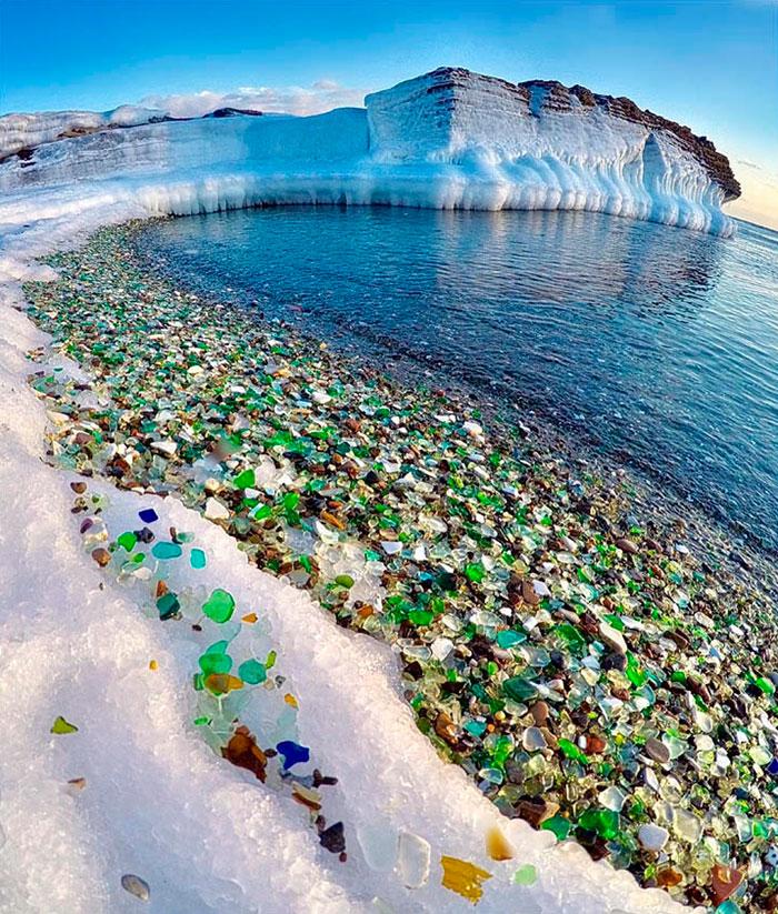 Стеклянный пляж: как море превращает битые бутылки в прекрасную разноцветную «гальку»